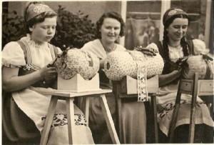 編織棒槌蕾絲的婦女